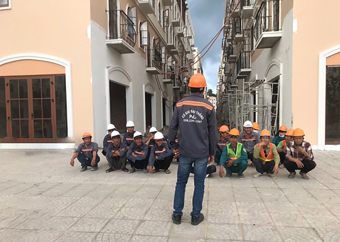 PoLi - Đội thi công họp nội quy An toàn lao động trước khi vô công việc